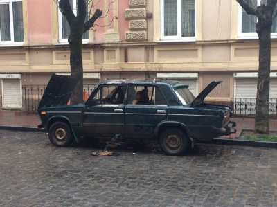 У центрі Чернівців раптово спалахнули «Жигулі» – фото