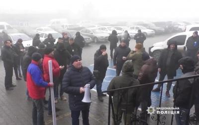 Група чоловіків блокувала роботу Чернівецької митниці