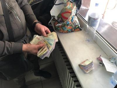 На Харківщині, під час обшуку на митниці, гроші знаходили у смітниках та за батареями