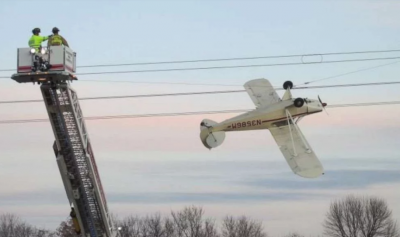 У США літак заплутався в лініях електропередач - Фото