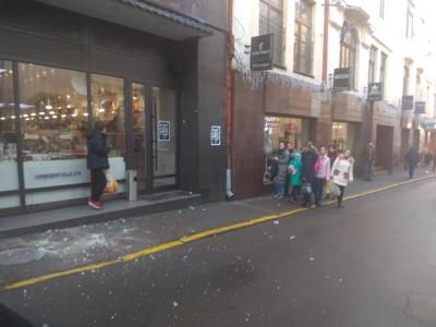 У Чернівцях в центрі міста обвалився карниз будинку