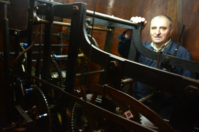 «Це як ранкова зарядка»: історія чернівчанина, який заводить старовинний годинник на ратуші