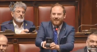 В Італії депутат просто під час виступу зробив пропозицію коханій - відео