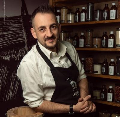 «Хочу научить употреблять полезное масло»: черновчанин открыл собственное производство масла из орехов и семян