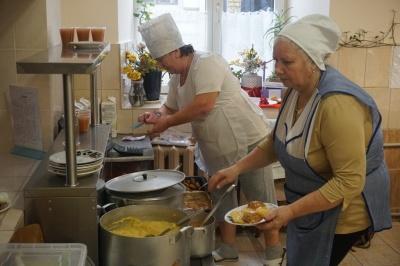 Дітей годуватимуть нагетсами та кебабом: з нового року у школах Чернівців хочуть змінити меню