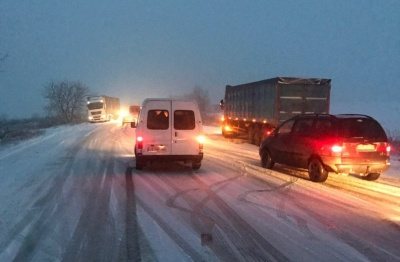 Снігопад у Чернівцях: місто стоїть у заторах - фото
