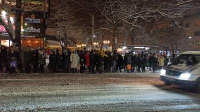 Снегопад в Черновцах парализовал общественный транспорт: на остановках - десятки людей