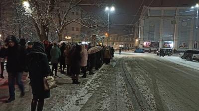 Снігопад у Чернівцях паралізував громадський транспорт: на зупинках - десятки людей