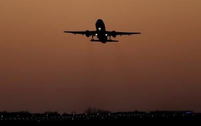 У США жінка симулювала хворобу, щоб отримати краще місце в літаку: замість цього її відправили в психлікарню