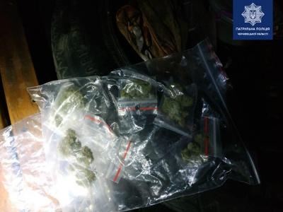 У Чернівцях у водія-порушника виявили 14 пакетів з наркотиками