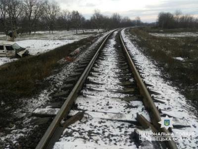 На Буковині авто зіткнулося з поїздом: водій помер на місці - фото