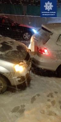 Під час снігопаду на Буковині сталося 16 ДТП: є потерпілі - фото