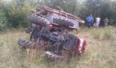 На Буковині перекинувся трактор під час трелювання деревини: водій загинув на місці