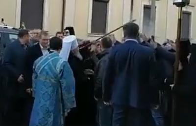 До Чернівців прибув глава УПЦ МП: для нього постелили доріжку з живих квітів
