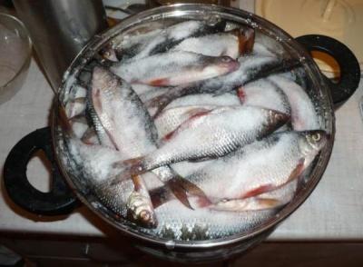 Їв рибу, засолену вдома: 34-річний чоловік помер від ботулізму