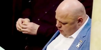 """Нардеп від """"Слуги народу"""" заснув просто під час сесії Ради – відео"""