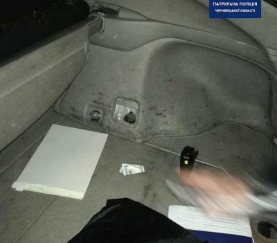 У Чернівцях п'яний водій пропонував поліцейським хабар - фото