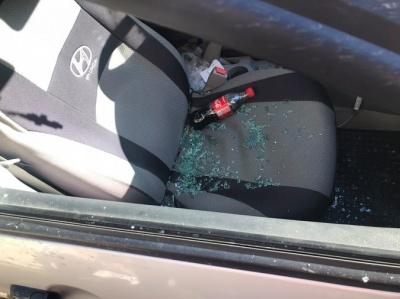 У центрі Чернівців невідомі розбили скло автівки і викрали документи - фото