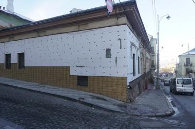 """В історичному центрі Чернівців один із будинків """"утеплюють"""" пінопластом"""