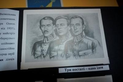 «Хто визволиться сам, той буде вільний»: у Художньому музеї в Чернівцях відкрили виставку патріотичних листівок – фото