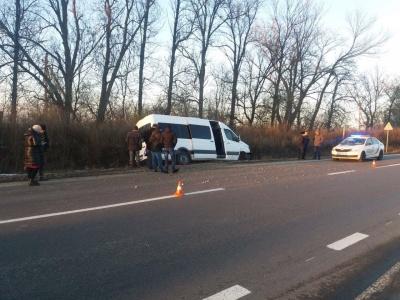 На Буковині рейсовий автобус протаранив «Волгу»: обидві автівки злетіли в кювет - фото