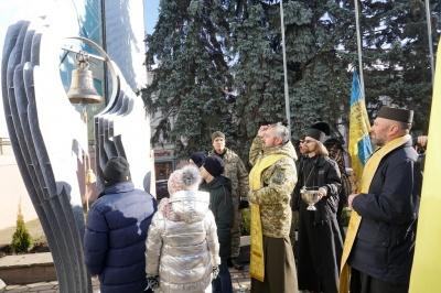 У центрі Чернівців до Дня ЗСУ відкрили Дзвін пам'яті – фото