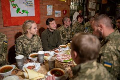 Зеленський на Донбасі поспілкувався та пообідав з бійцями ООС