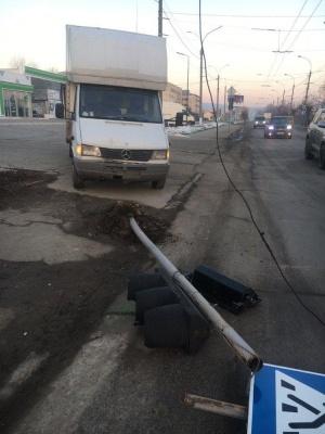 Засліпило сонце: у Чернівцях мікроавтобус збив світлофор на Хотинській