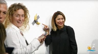 Приклеєний до стіни банан продали за $120 тисяч - фото