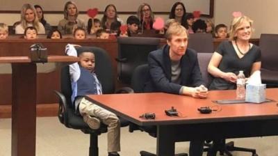У США п'ятирічний хлопчик запросив групу із дитсадка на своє всиновлення