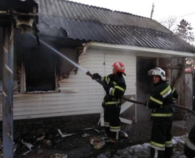 Вдома нікого не було: на Буковині горіла господарська будівля - фото