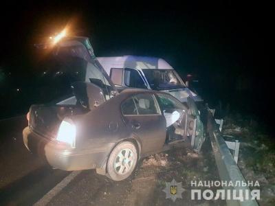 На Буковині мікроавтобус врізався в легковик: у пасажирки перелом стегна