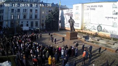 «Червоні лінії для Зеленського»: більше сотні чернівчан зібрались на акцію протесту