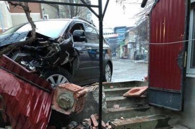 У Чернівцях водій, втікаючи від поліції, розтрощив огорожу – фото