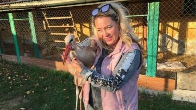 «Був кволим і шкутильгав»: чернівчанка врятувала від загибелі лелеку