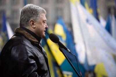У Порошенка на Майдані кинули кількома яйцями