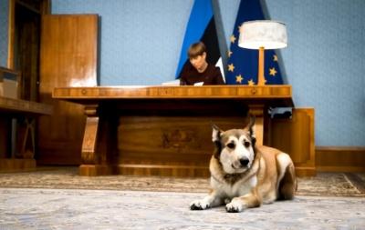 Президентка Естонії підписала 2700 різдвяних листівок