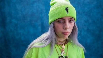 Біллі Айліш випустила ще один депресивний кліп, де об її обличчя гасять недопалки