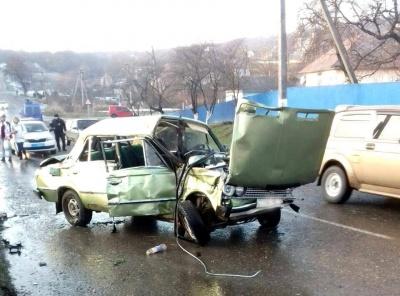На Буковині молодик на «Жигулях» в'їхав у паркан: пасажир у лікарні