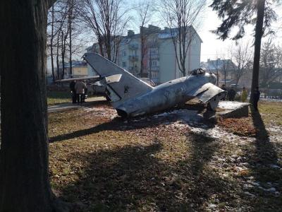 Не розпиляли: літак із центру Садгори забрали на реставрацію - фото