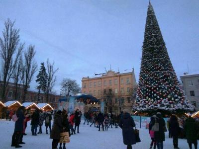 Сьогодні у Чернівцях встановлюватимуть головну новорічну ялинку міста