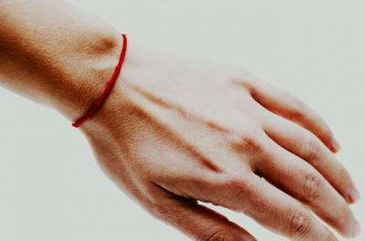 Червона нитка на руці: у ПЦУ спростували популярний міф
