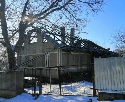 Сім'я буковинців із двома малюками опинилась без даху над головою через пожежу: люди просять допомоги
