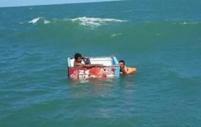 У Мексиці рибалки врятувалися після корабельної аварії за допомогою холодильника