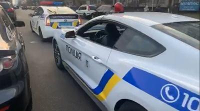 Фейковий патруль: молодики розмалювали Mustang під поліцейське авто та зупиняли порушників