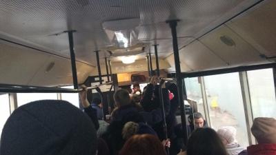 У Чернівцях через крадіжку гаманця затримали маршрутку: пасажирів виводили з салону і перевіряли