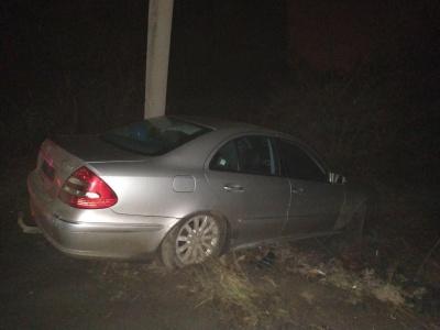 У Чернівцях Mercedes врізався у стовп і злетів з дороги: водій втік з місця ДТП