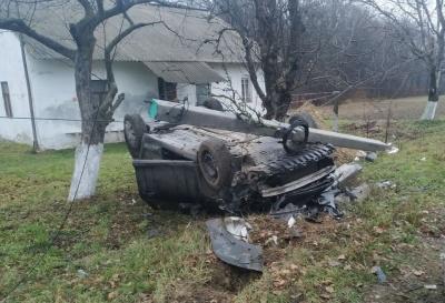 Біля Сторожинця зіткнулися два авто: «Фольскваген» перекинувся і зніс електроопору - фото