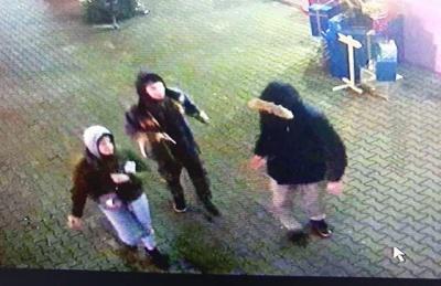 У Чернівцях троє невідомих зламали фотозону та ялинку біля торгового центру - відео