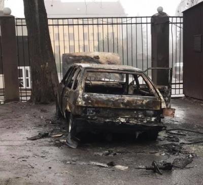 Палій у Чернівцях: невідомий чоловік підпалює автівки на парковках